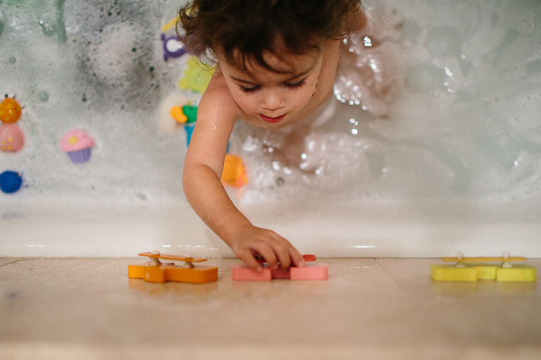 girl with bath toys - Family documentary Photography