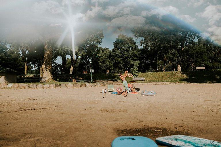 kid play on beach - documentary family photography